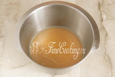 Когда яблочное пюре полностью остынет (можете поставить его в холодильник для ускорения процесса), перекладываем его в большую посуду и добавляем один яичный белок