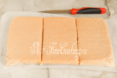 Острым ножом разрезаем пласт рыхлой пастилы на 3 равные части