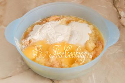 Добавляем к картошке с луком пару куриных яиц, сметану, соль и пшеничную муку