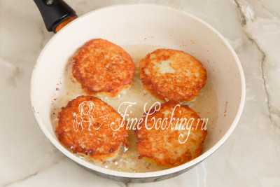 Жарим картофельные драники с фаршем на среднем огне до тех пор, пока не зарумянится нижняя часть