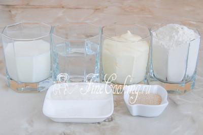 Для приготовления этого домашнего [дрожжевого теста](/recipe/testo-drozhzhevoe-oparnoe) нам понадобятся следующие ингредиенты: пшеничная мука высшего сорта, молоко любой жирности (я брала 2,5%), вода, майонез (у меня домашний [по этому рецепту](/recipe/majonez-na-perepelinyh-jajcah)), соль, сахар и дрожжи