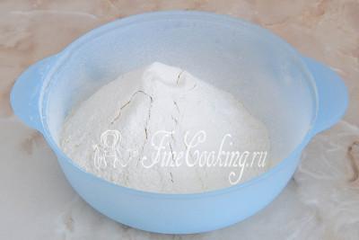 Первым делом в миску просеиваем пшеничную муку (520 граммов)