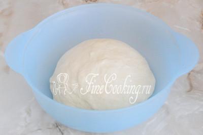 Замес должен продолжаться не менее 15 минут, чтобы дрожжевое тесто стало абсолютно гладким и однородным