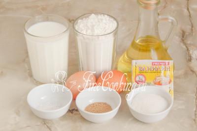 В рецепт дрожжевых оладий на молоке входят следующие ингредиенты: мука пшеничная (у меня высшего сорта, но подойдет и первого), молоко любой жирности, куриные яйца среднего размера, рафинированное растительное масло (в тесто и для приготовления), соль, сахарный песок, дрожжи и щепотка ванилина (чайная ложка ванильного сахара)