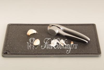 Пару зубчиков чеснока чистим и пропускаем через пресс (можно измельчить на терке) или просто мелко-мелко рубим ножом