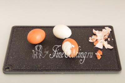 Когда куриные яйца будут готовы, ставим их прямо в кастрюльке под холодную проточную воду минут на 5