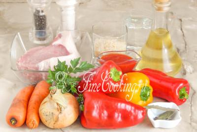 В рецепт этого второго блюда с фото входят следующие ингредиенты: сладкий перец (берите мясистый, чтобы стенки были толстые), мякоть свинины с жирком или уже готовый свиной фарш, морковь, репчатый лук, томатный соус, рис (у меня пропаренный), свежая петрушка, рафинированное растительное масло, вода, лавровый лист, душистый перец горошек, черный молотый перец и соль