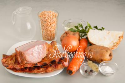 Для приготовления вкусного, ароматного и сытного горохового супа нам понадобятся следующие ингредиенты: вода, копчености, сушеный горох, картофель, морковь, репчатый лук, корень сельдерея, рафинированное растительное (у меня подсолнечное) масло, соль, душистый перец, лавровый лист, петрушка и соль