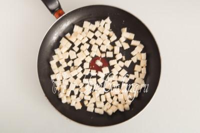 В ароматизированное масло кладем подготовленные кубики батона и обжариваем, помешивая, до красивого румяного цвета