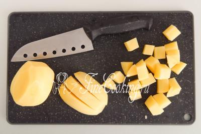 Чистим пару крупных картофелин (300 граммов - вес в уже подготовленном виде) и режем их средним кубиком