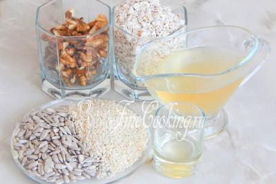 Для приготовления гранолы возьмем такие продукты: очищенные грецкие орехи, семена подсолнечника, белый кунжут, овсяные хлопья, сахарный сироп и немного подсолнечного масла без запаха