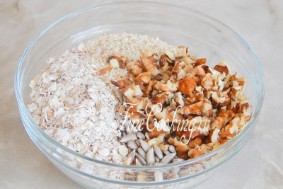 Соединяем в миске орехи, семечки, кунжут и овсяные хлопья (можно взять Геркулес)