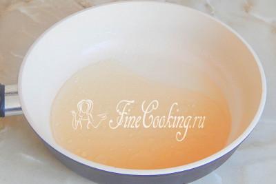 Теперь в сковородке разогреваем сахарный сироп и растительное масло