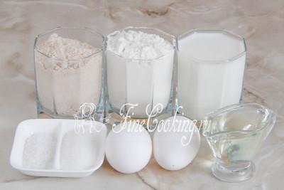 Готовить эти простые и вкусные [тонкие блинчики](/recipe/bliny-na-toplenom-moloke) мы будем из муки пшеничной и гречневой, молока, куриных яиц, рафинированного растительного масла, соли и сахара