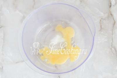 Берем подходящую посуду и разбиваем в нее куриные яйца