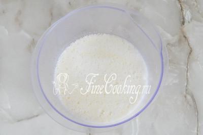 Затем добавляем пару стаканов молока комнатной температуры, перемешиваем