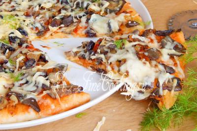 Подаем грибную пиццу горячей