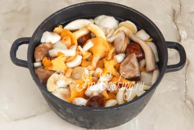 Очень хорошо, в нескольких водах промываем грибы и складываем их в большую кастрюлю