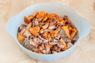 Откидываем готовые грибы на дуршлаг и даем хорошо стечь жидкости
