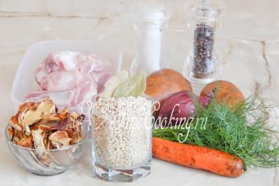 В рецепт этого простого, но очень вкусного и сытного первого блюда входят такие ингредиенты: вода (для приготовления мясного и грибного бульонов), свинина на косточке, сушеные грибы (у меня белые, но можно использовать любые лесные), лук репчатый, картофель, морковь, соль, свежий укроп, лист лавровый и перец черный горошек