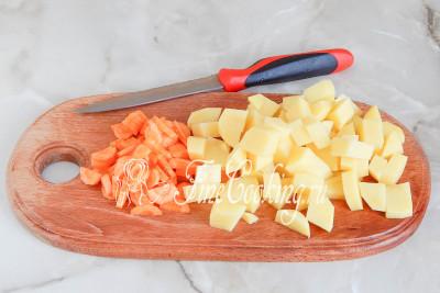 Затем очищаем картофель и морковь, нарезаем их произвольными кусочками (кубиками или брусочками)