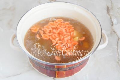 Закладываем овощи в суп и варим до их мягкости - минут 20