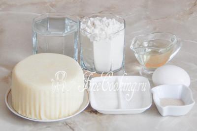 В рецепт этой вкусной домашней выпечки входят такие ингредиенты, как: мука пшеничная, вода, соль, сахар, дрожжи быстродействующие, масло подсолнечное рафинированное, куриное яйцо и сыр сулугуни
