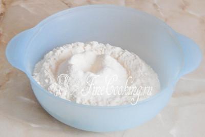 В подходящую для замеса и брожения теста посуду просеиваем (желательно дважды) пшеничную муку