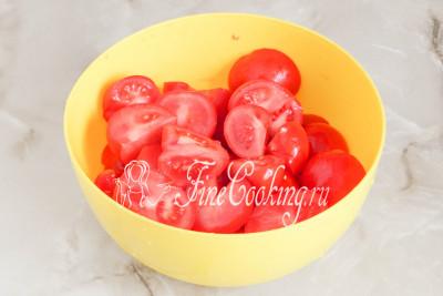 Свежие помидоры моем, обсушиваем и разрезаем на четвертинки, не забыв вырезать плодоножку