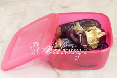 Чтобы легко и быстро очистить овощи от кожицы (в баклажанной икре она ни к чему, так как достаточно жесткая), их нужно пропарить