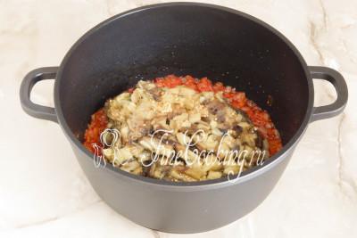 После этого добавляем кусочки баклажанной мякоти, перемешиваем и даем овощам потомиться под крышкой на слабом огне минут 5-7