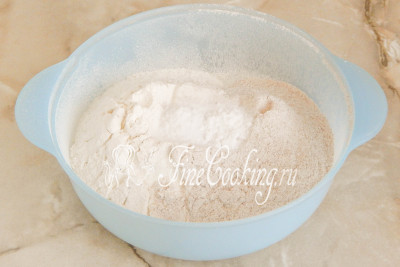 Добавляем к смеси муки соль (желательно мелкого помола) и пищевую соду