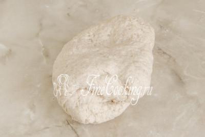 Замешиваем тесто руками до тех пор, пока оно не соберется в ком - важно, чтобы в нем не осталось островков муки