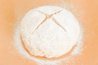 После этого с помощью острого ножа или лезвия делаем на поверхности будущего содового хлеба крестообразный надрез глубиной около 1-1,5 сантиметров