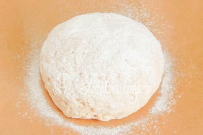 Припудриваем хлебную заготовку пшеничной мукой - вполне хватит чайной ложки (в ингредиентах это количество не указано)