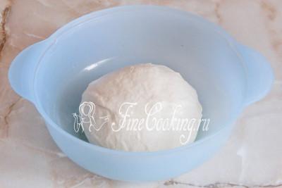 Вымешиваем тесто до гладкости не менее 10 минут
