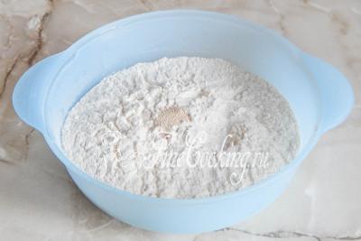 В миску просеиваем пшеничную муку, к которой сразу добавляем соль и быстродействующие дрожжи