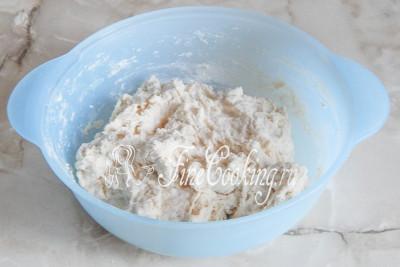 Замешивать тесто для чиабатты можно ложкой – просто смешиваем все, не стараясь добиться однородности