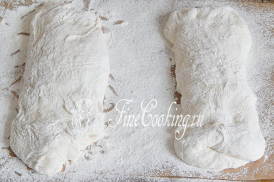Берем пергаментную бумагу или подходящее полотенце и очень щедро присыпаем их мукой