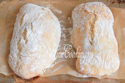 Выпекать хлеб чиабатта мы будем на паровой бане, то есть поставим на дно духовки широкую посудину с горячей водой