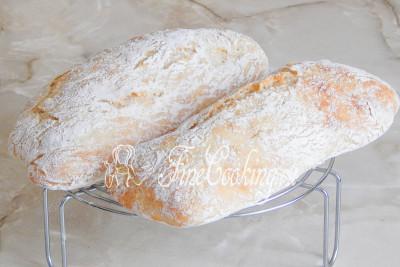 Когда хлебушек будет готов, вынимаем его и остужаем на решетке