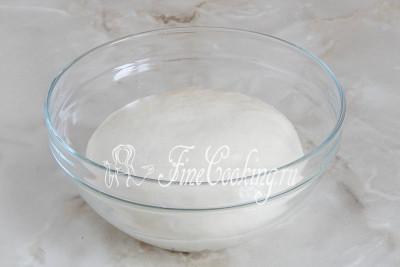 Перекладываем колобок в миску, смазанную оливковым маслом и отправляем его в тепло на 2 часа