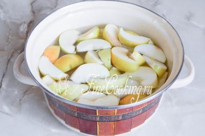 В кипящую воду кладем яблочные дольки и варим пару минут