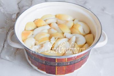 Варить компот из свежих яблок нужно еще 5 минут - чтобы дольки не развалились и в то же время были мягкими