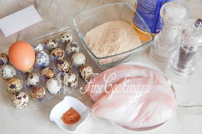 В рецепт яиц по-шотландски входят такие ингредиенты: куриное филе (у меня грудка), яйца перепелиные и одно куриное, приправа для курицы, панировочные сухари, соль, перец черный молотый, а также масло подсолнечное для жарки