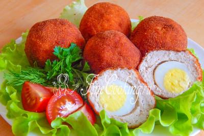 Подаем наши аппетитные шарики к столу в сопровождении свежей зелени и овощей
