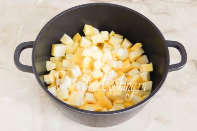 Складываем кабачковые ломтики в посуду подходящего объема (у меня 4-х литровая кастрюля, но можно и гораздо меньше)