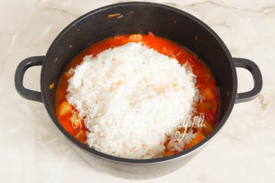 Добавляем к остальным ингредиентам отварной рис