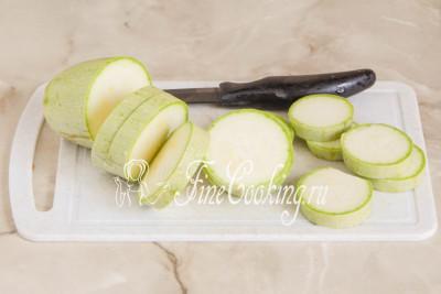 Первым делом подготовим кабачки (у меня 2 плода по 350 граммов каждый) - их нужно посолить и за счет этого убрать лишнюю влагу