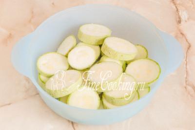 Складываем овощные кусочки в миску, солим (я использую 0,5 чайной ложки)
